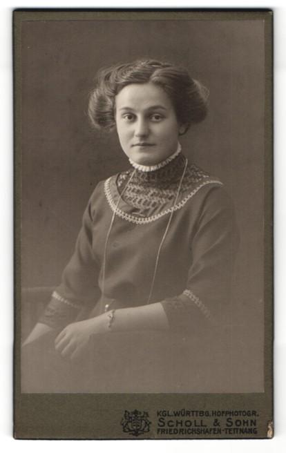 Fotografie Scholl & Sohn, Friedrichshafen-Tettnang, Portrait lächelnde Dame mit zeitgenöss. Frisur in modischer Kleidung