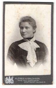 Fotografie Alfred Hirrlinger, Stuttgart, Portrait junge Dame mit Jabot