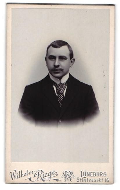 Fotografie Wilhelm Riege, Lüneburg, Herr mit karierter Krawatte