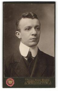 Fotografie Atelier Stern, Dresden-A, Portrait junger Herr in Anzug mit Krawatte