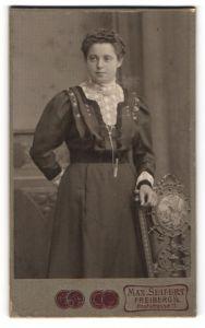 Fotografie Max Seifert, Freiberg i/S, Portrait junge Frau in Kleid