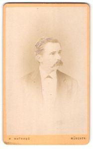 Fotografie H. Mathaus, München, Portrait bürgerlicher Herr mit Schnauzbart u. Fliege im Anzug