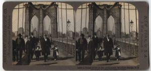 Stereo-Fotografie American Stereoscopic Co., New York, Ansicht New York City, NY, Passanten auf Brooklyn Bridge