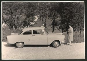Fotografie Auto Ford Taunus, Ehepaar mit PKW auf einer Landstrasse