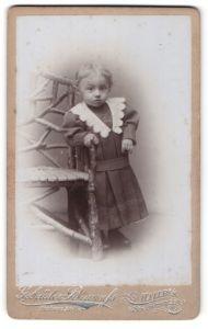 Fotografie Gebrüder Braunfs, Halle, kleines Mädchen in Kleid mit Spitzenkragen