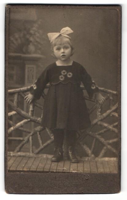Fotografie Fotograf unbekannt, Ort unbekannt, kleines Mädchen mit Schleife in Haar