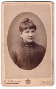 Fotografie E. Uhlenhuth, Coburg, junge Dame mit Brosche an Kragen