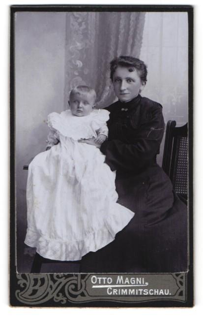 Fotografie Otto Magni, Crimmitschau, junge Frau mit Baby in langem Kleid