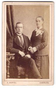 Fotografie A. Bartel, Hamburg, Portrait junges Paar in festlicher Kleidung