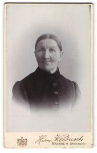 Fotografie Herm. Klebusch, Mannheim, Portrait Greisin mit zusammengebundenem Haar