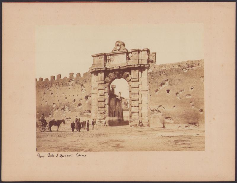 Fotografie Fotograf unbekannt, Ansicht Rom - Roma, Porta San Giovanni, Tor in der Aurelianischen Mauer, 25 x 19cm