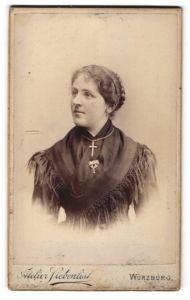 Fotografie Atelier Siebenlist, Würzburg, dame mit Kreuzkette, Brosche an Fransentuch