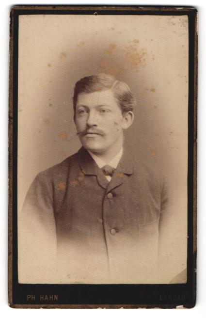 Fotografie Philipp Hahn, Landau, junger Mann mit Schnurrbart und zugeknöpften Jackett