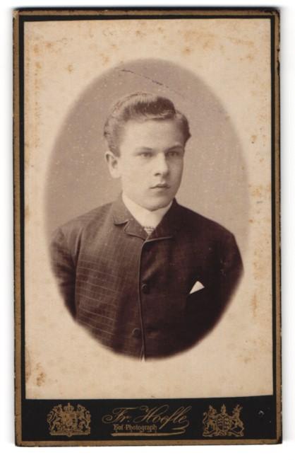 Fotografie Fr. Hoefle, Augsburg, junger Herr mit Einstecktuch und kariertem Jackett