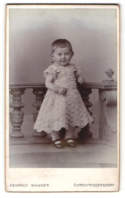 Fotografie Heinrich Wagner, Ehrenfriedersdorf, kleines Mädchen mit besticktem Kleid und sehr kurzen Haaren