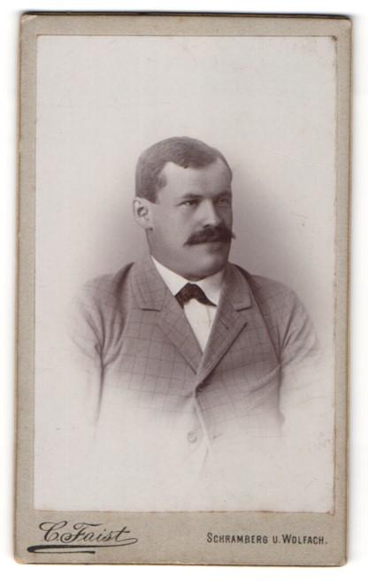Fotografie C. Faist, Schramberg, Herr mit Schnurrbart und in kariertem Jackett