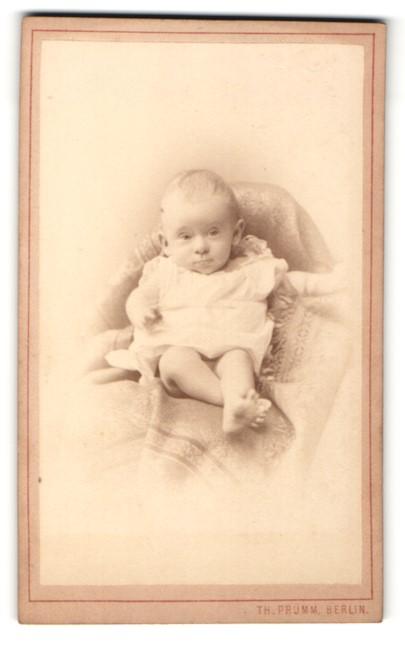Fotografie Th. Prümm, Berlin, Baby in Hemdchen mit nackten Beinen