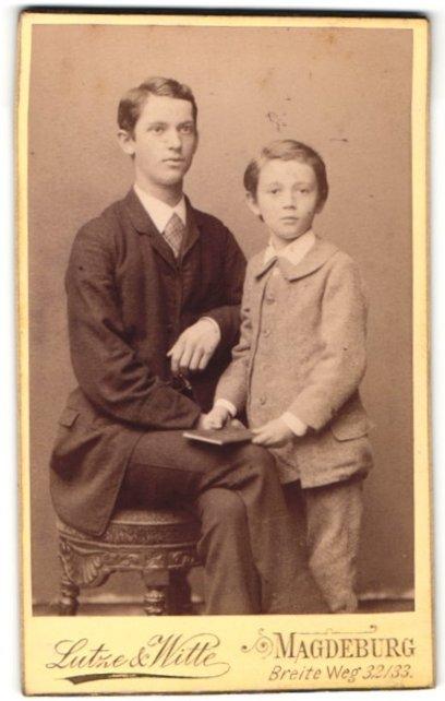Fotografie Lutze & Witte, Magdeburg, junger Herr in karierter Krawatte und Junge in Anzug