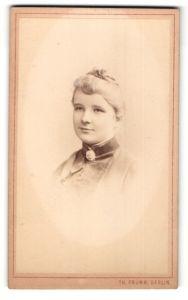 Fotografie Th. Prümm, Berlin, Portrait lächelnde Dame mit Hochsteckfrisur u. Kragenbrosche in zeitgenöss. Kleidung