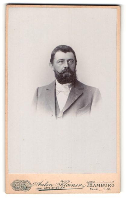 Fotografie Anton Kleiner, Hamburg, Brustportrait vom Mann mit langen Bart und Anzug