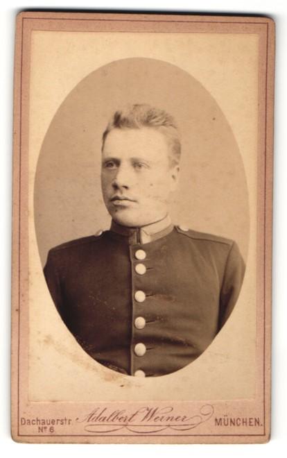 Fotografie Adalbert Werner, München, Brustportrait Soldat in Uniform