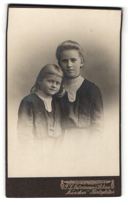 Fotografie F. H. Ostermayr, München, Zwei Mädchen nebeneinander gleich gekleidet