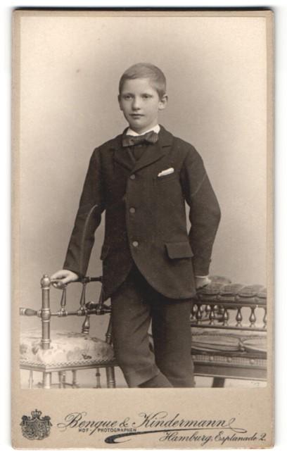 Fotografie Benque & Kindermannm Hamburg, kleiner Junge im Anzug mit Fliege
