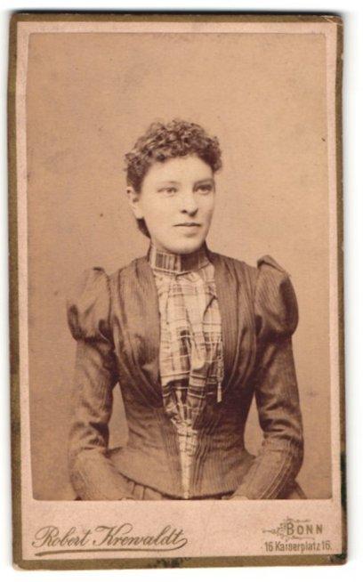 Fotografie Robert Krenvaldt, Bonn, junge Frau mit gelocktem Haar