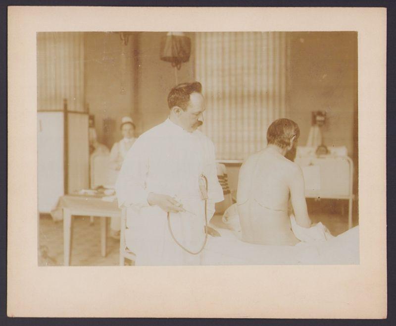 Fotografie S. F. Meissl, Berlin, Arzt betrachtet Paptient mit Lungenkrankheit