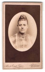Fotografie Alex & Ernst Tepper, Rixdorf, Portrait lächelnde Dame mit Hochsteckfrisur u. Kragenbrosche