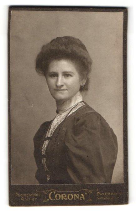 Fotografie Atelier Corona, Zwickau / S., Portrait junge Dame mit Hochsteckfrisur in eleganter Kleidung