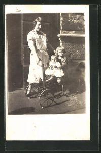 Foto-AK Mutter und Kinder mit Spielzeug-Wagen vor der Haustür