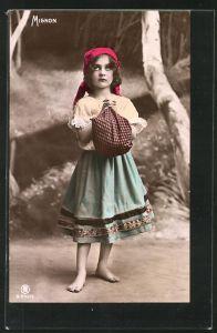 Foto-AK RPH Nr. S-942 /6: Mignon, Kleines Mädchen mit Kopftuch und Bündel faltet die Hände