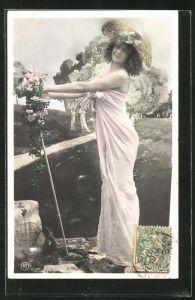 Foto-AK RPH: Junge Dame mit Hut und Blumen vor einem Graben
