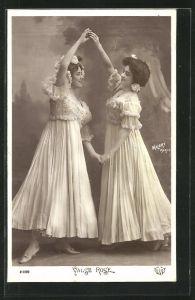 Foto-AK Walery, Paris: Valse Rose, Zwei tanzende junge Damen in Rüschenkleidern mit Blumen im Haar