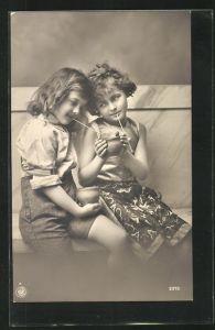 Foto-AK NPG Nr. 2372: Zwei niedliche Mädchen mit Becher und Strohlam