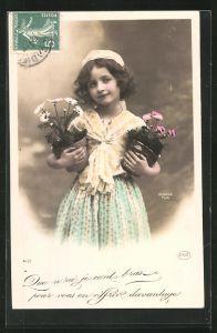 Foto-AK Sazerac: Kleines Mädchen mit Haube und zwei Blumentöpfen