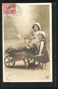 Foto-AK Sazerac: Zwei kleine Mädchen mit Hauben und einem Blumenwagen