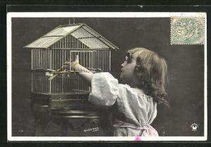 Foto-AK Sazerac: Mädchen am Vogelkäfig