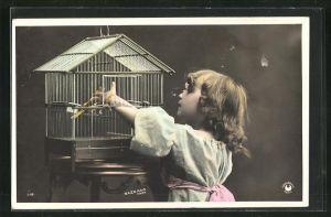 Foto-AK Sazerac: kleines Mädchen am Vogelkäfig