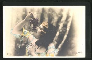 Foto-AK Stebbing: Willy, Lächelnde Dame mit Haube u. Weintrauben im bunten Kleid