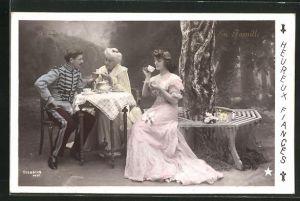 Foto-AK Stebbing: En Famille, Herr in Uniform und Grossmutter sitzen am Kaffeetisch mit Dame unter einem Baum