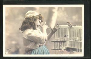 Foto-AK Stebbing: Kleines Mädchen mit Haube macht vor einem Vogelkäfig eine lange Nase