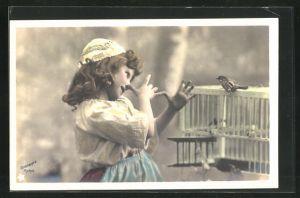 Foto-AK Stebbing: Kleines Mädchen mit Haube macht eine lange Nase vor dem Vogelkäfig