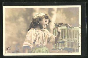 Foto-AK Stebbing: niedliches Mädchen mit zwei kleinen Vögeln am Vogelkäfig