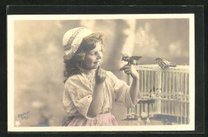 Foto-AK Stebbing: niedliches Mädchen mit Vögel am Vogelkäfig