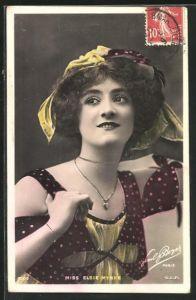 Foto-AK Paul Boyer: Schauspielerin Miss Elsie Mynne mit Herzkette und Kleid mit passendem Hut