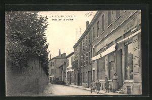 AK La Tour-du-Pin, Rue de la Poste, Strassenpartie