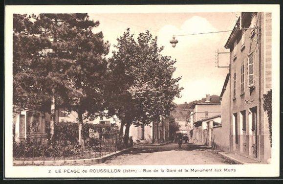 AK Le Peage de Russillon, Rue de la Gare et le Monument aux Morts