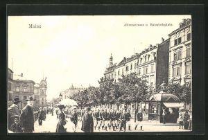 AK Mainz, Soldaten marschieren durch die Alicenstrasse zum Bahnhofsplatz